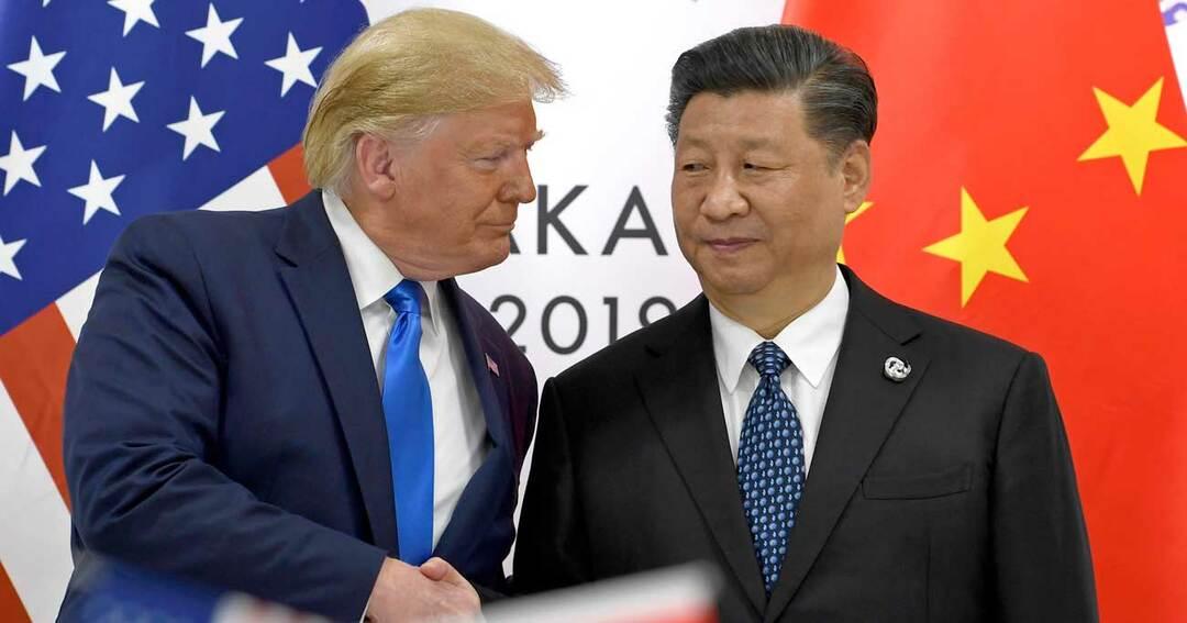 トランプ大統領(左)と握手する習近平(右)