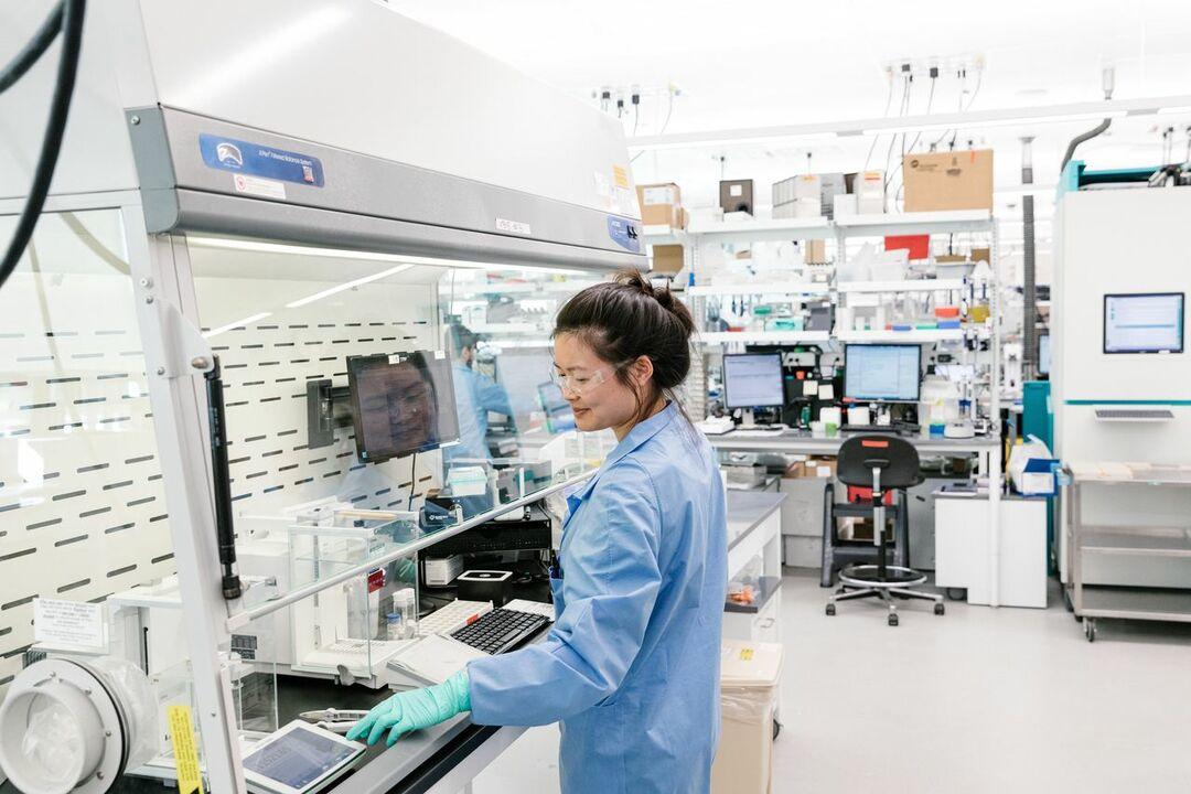 ギリアド本社で医薬品原料を計量する上席研究員