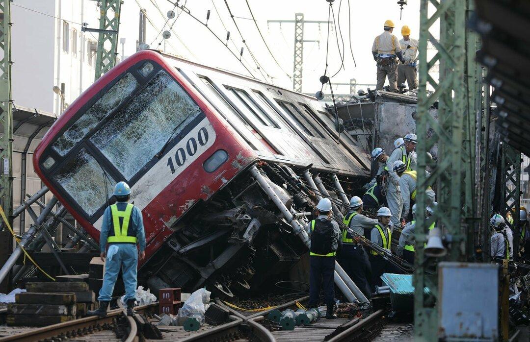 京急の踏切事故でトラックと衝突した車両