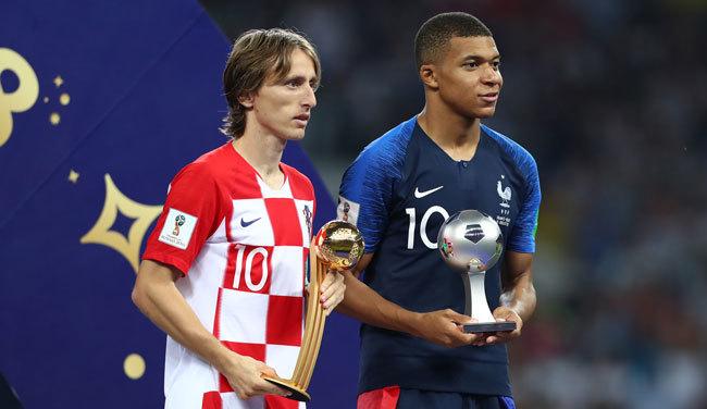 ワールドカップMVPのルカ・モドリッチ(クロアチア)と最優秀若手のキリアン・ムバッペ(フランス)