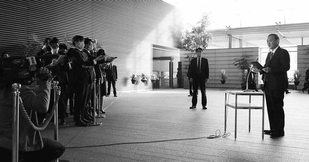 首相官邸で「Go To キャンペーン」見直しの件について記者団の質問に答える首相の菅義偉(右端)