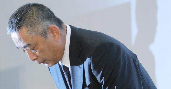 頭を下げる吉本興業の岡本昭彦社長