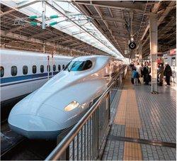 利用者数が落ち込んでいる新幹線。いつもは満席の車内も空席が目立っている。