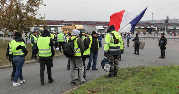 フランスの燃料増税はなぜ暴動を招いた?EU・日本との比較で見える原因