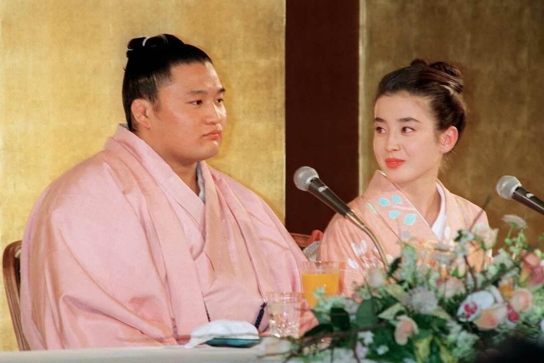 貴花田(左)と宮沢りえ(右)の婚約会見