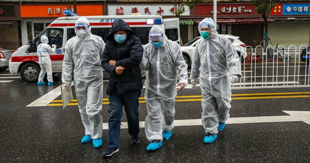 市民が病院に行くのを手伝う医療スタッフ=武漢で