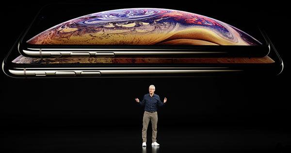 iPhoneシリーズの新モデルの発表を行うティム・クックCEO