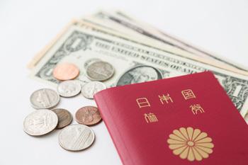海外旅行先でトクするお金の払い方、ポイントは両替コスト