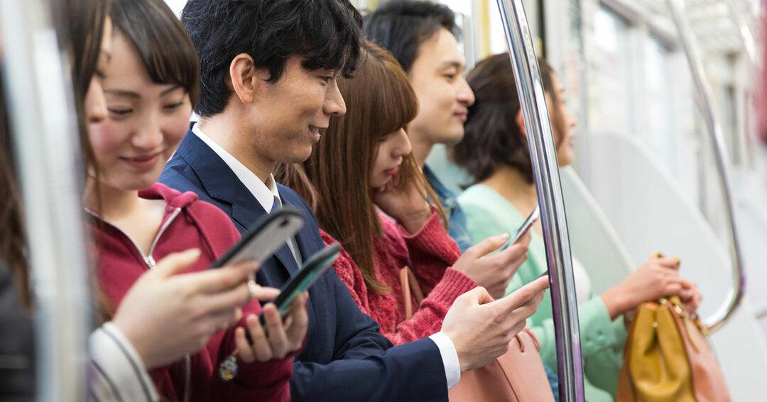 電車の中でもスマホを見ている人が多い