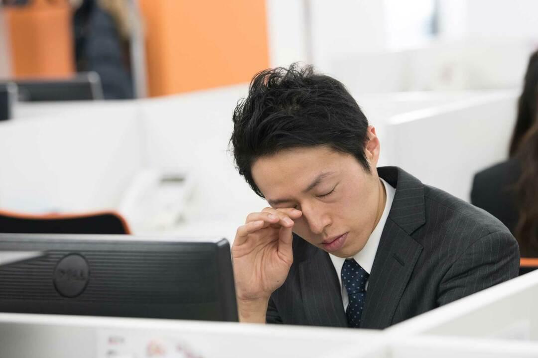 眠いビジネスマン