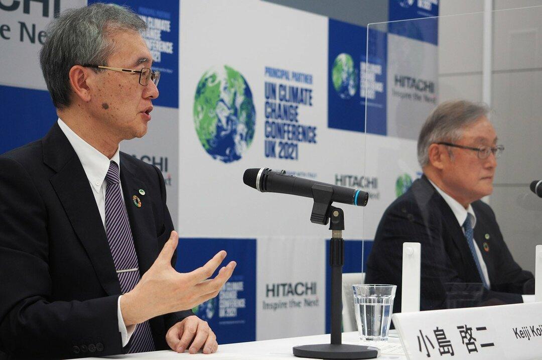 日立新社長に就任する小島啓二氏(左)と東原敏昭会長。小島氏はデジタル化のソリューション事業「ルマーダ」の生みの親だ