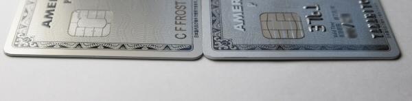 メタルカードとプラスチックカードの厚さを比較