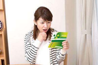 10年放置した銀行口座の預金通帳を見て困惑顔の女性