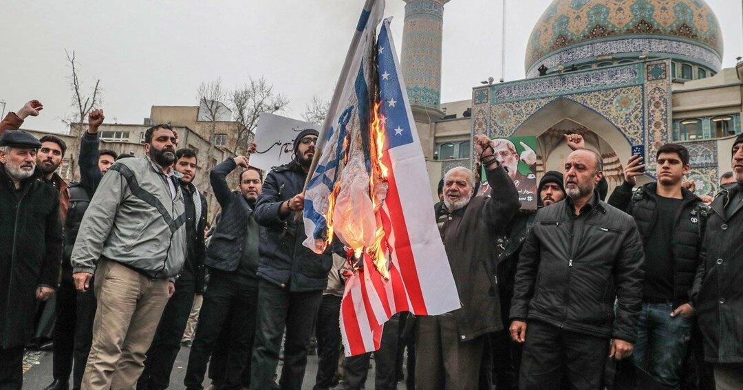 フェレスティン広場での追悼集会でイラン人が米国とイスラエルの旗を燃やす市民
