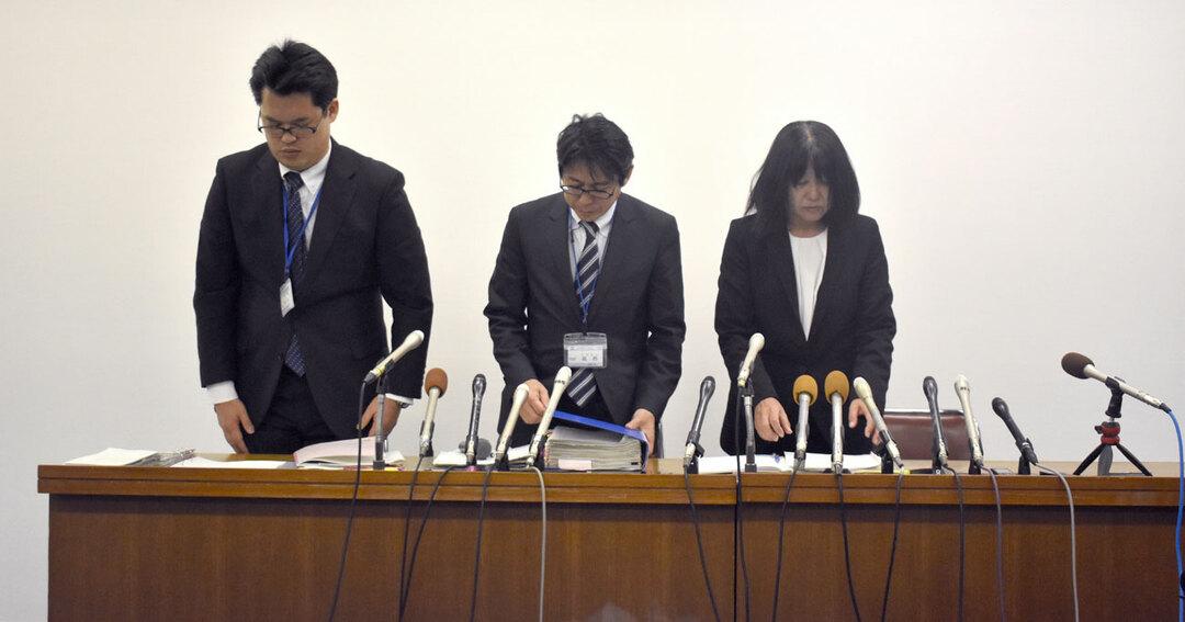 記者会見で謝罪する神戸市立東須磨小学校の仁王美貴校長(右端)ら