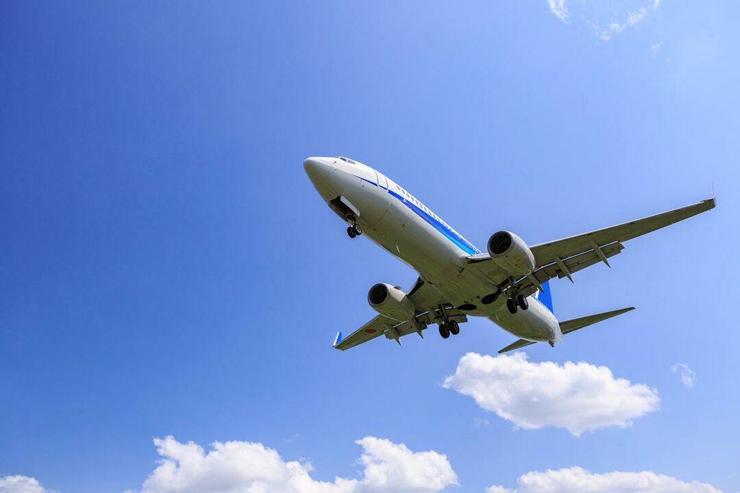 出発日直前でも、正規運賃の50%割引になる航空機チケットがあります。