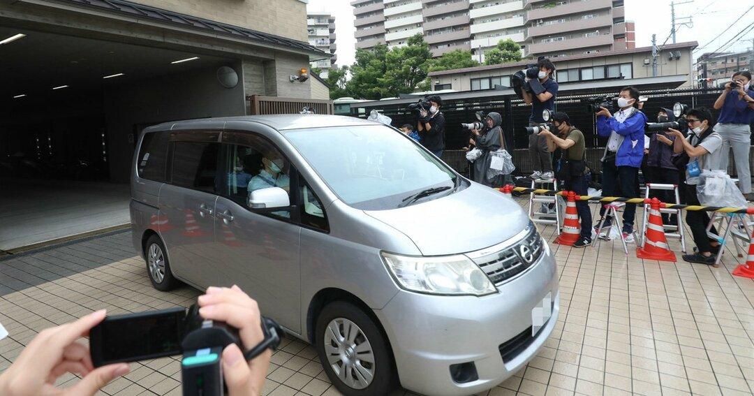 送検のため京都府警・中京署を出る大久保愉一容疑者を乗せた車