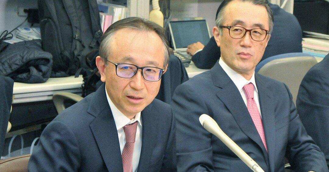 記者会見中の亀沢次期社長ら