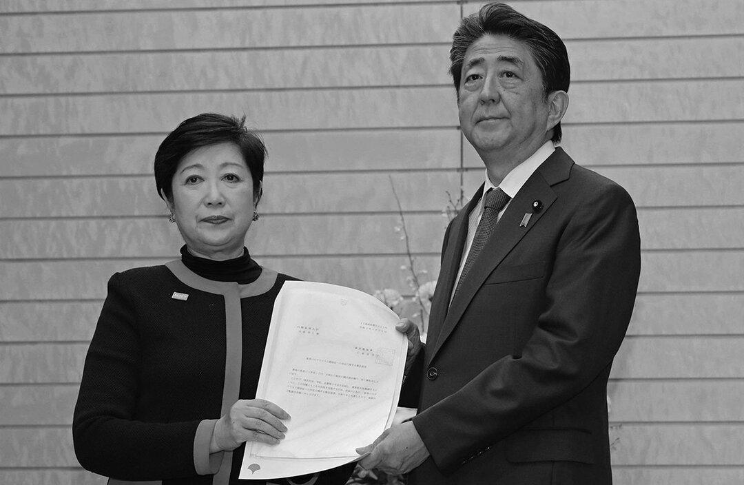 (左)東京都知事の小池百合子、(右)首相の安倍晋三
