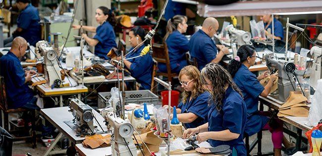 工場で働く人々