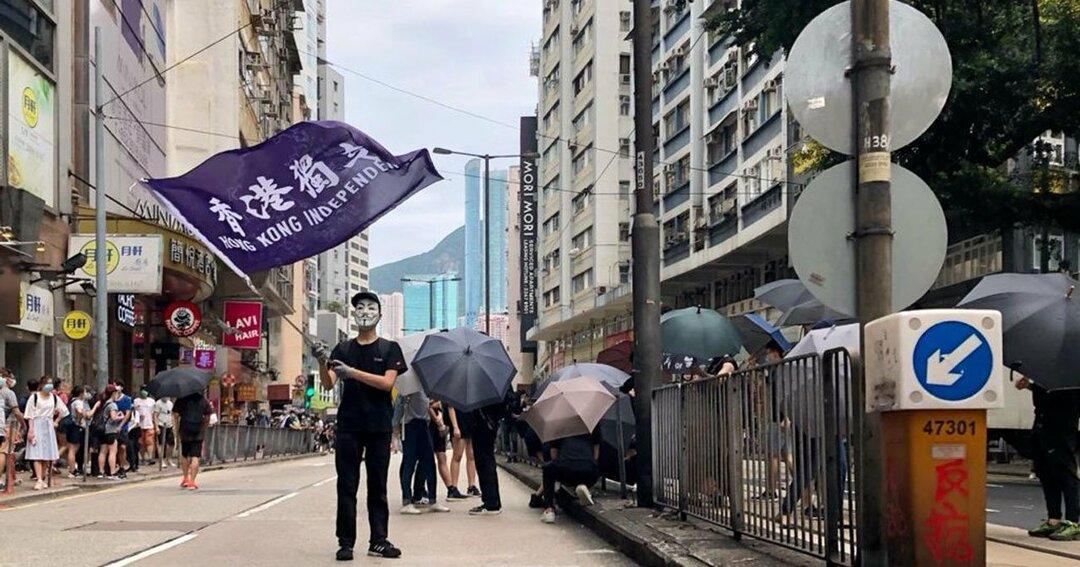 香港の独立を訴える旗を振る人
