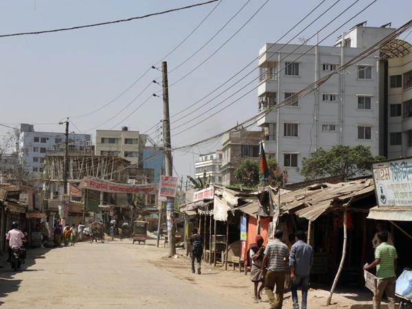縫製が輸出の8割を占めるバングラデシュで<br />日本のブラザー製ミシンがフル回転