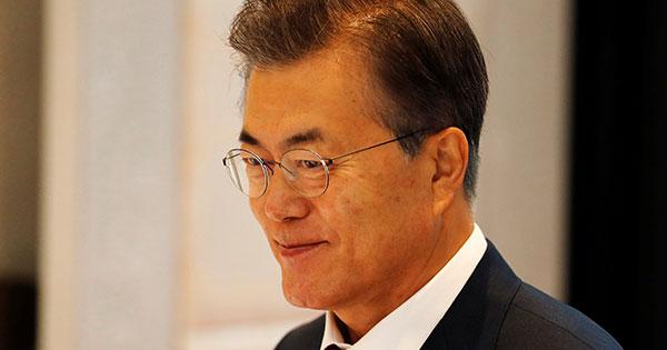 """日韓合意見直しで支持率回復を図る文大統領の""""駄々っ子""""ぶり"""