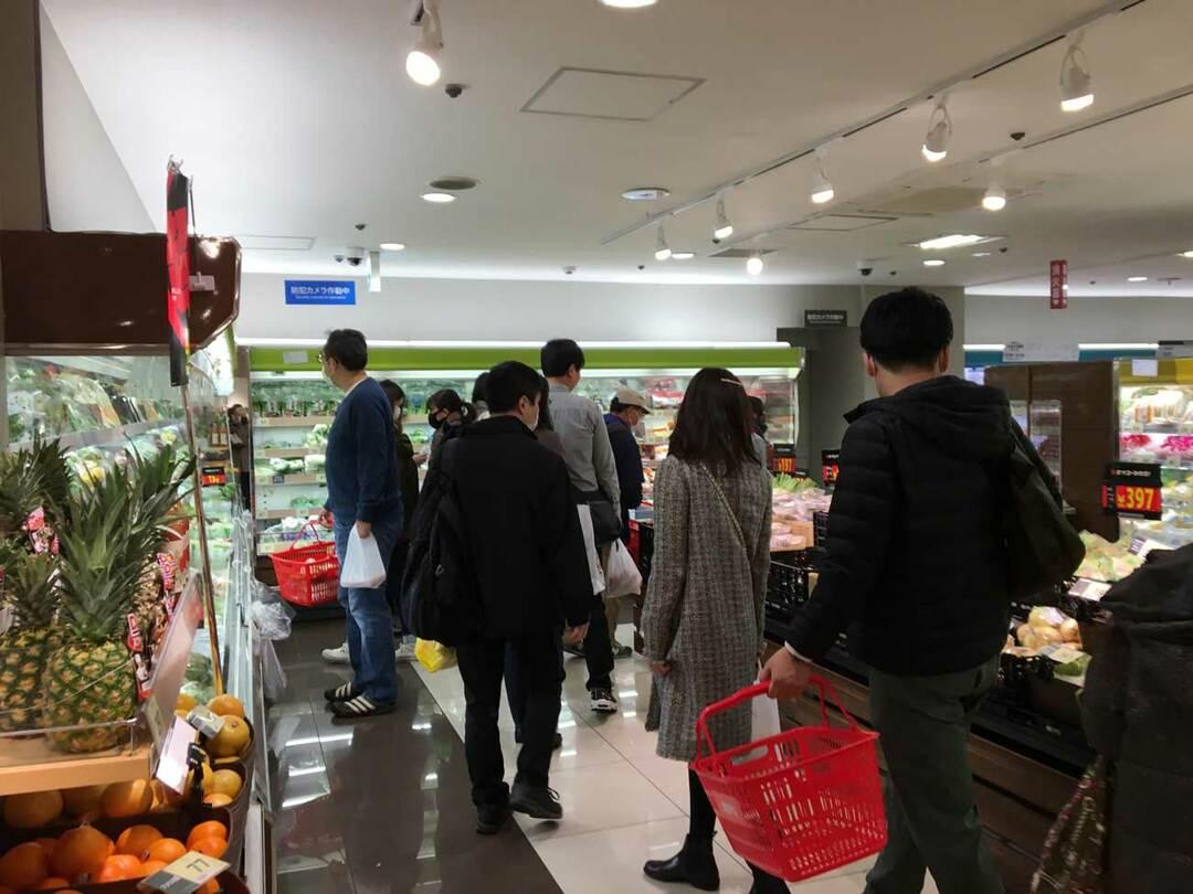 今も大勢が買い物している東京のスーパー