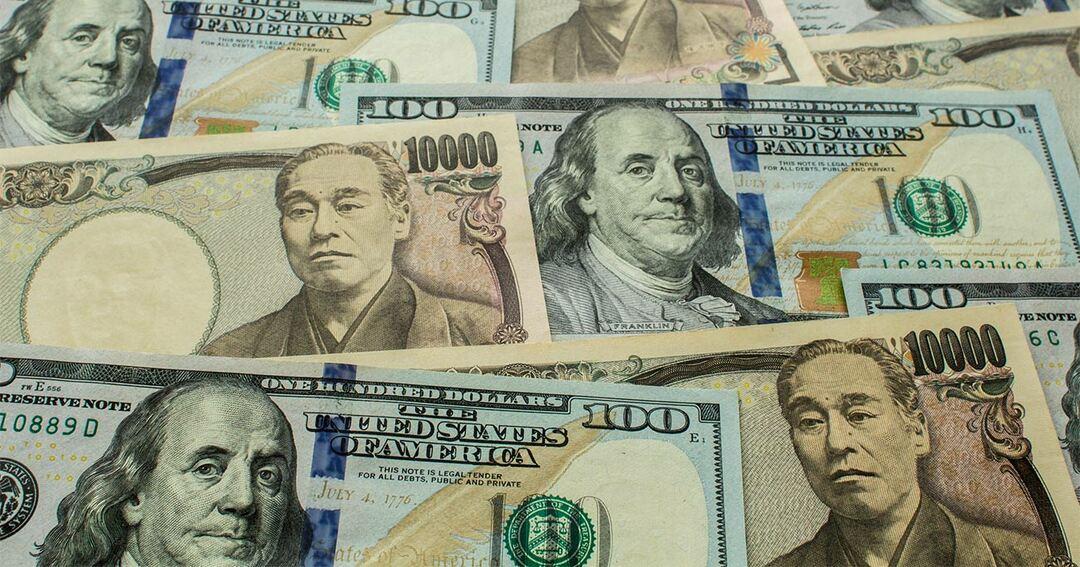 写真:100ドル紙幣と1万円札