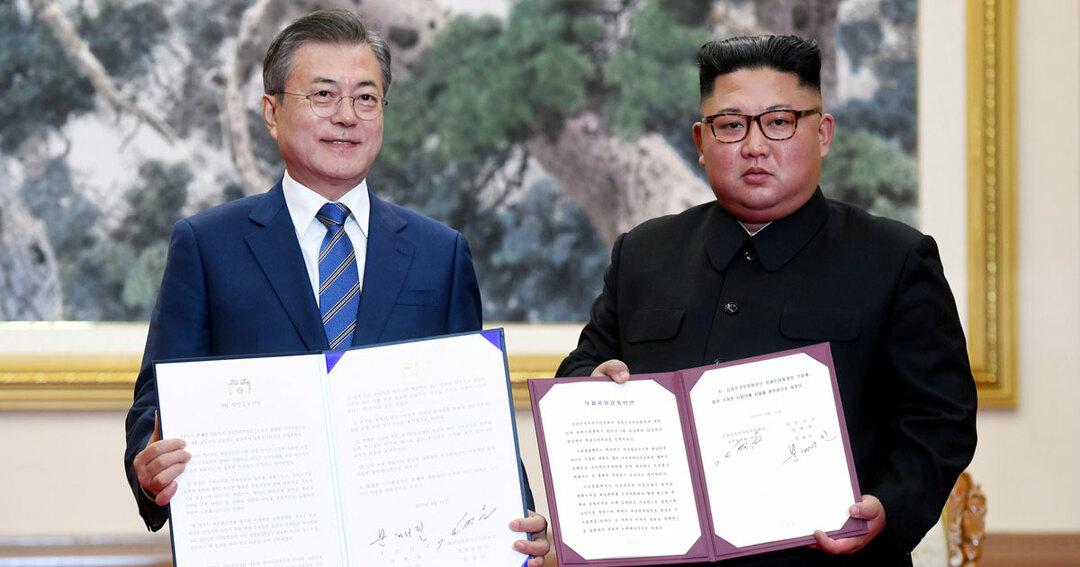 南北首脳会談で平壌共同宣言に署名した韓国の文在寅大統領と北朝鮮の金正恩委員長