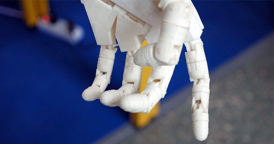 義手を本物の手のように動かし、感じることができる最先端技術