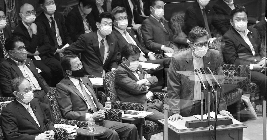 参院決算委員会で答弁する政府の感染症対策分科会会長の尾身茂(右手前)。左端手前は首相の菅義偉。尾身は6月になって東京五輪の開催に関して矢継ぎ早に問題提起し、話題となった