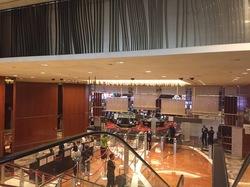 マリーナベイ・サンズのカジノの入り口。観光客で賑わっており、入りやすい雰囲気。