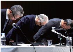 不正販売を受け、かんぽ生命保険と日本郵政は新規保険販売の3カ月の業務停止命令を受けた。