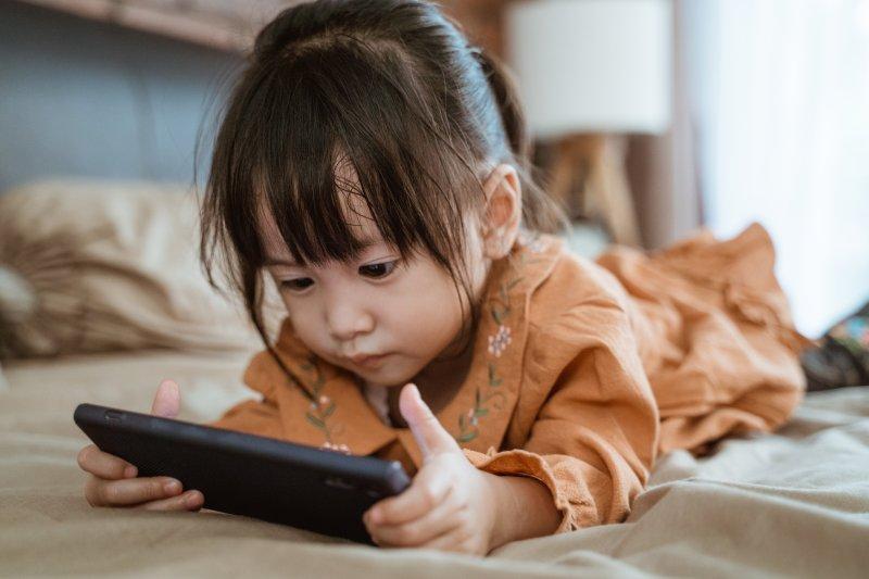 テレビやPCのスクリーンを1日2時間以上見る子どもに起こりやすい問題とは?
