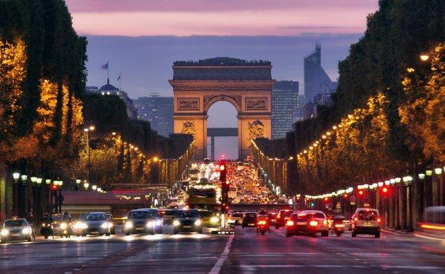 シャンゼリゼ通りから望む夜の凱旋門