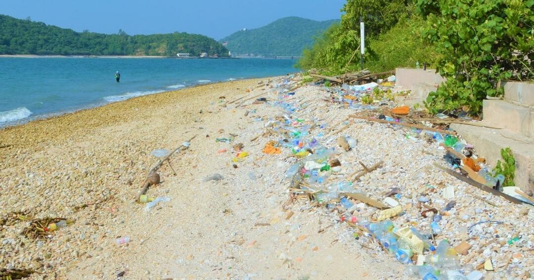 ペットボトルが散乱するタイのビーチ