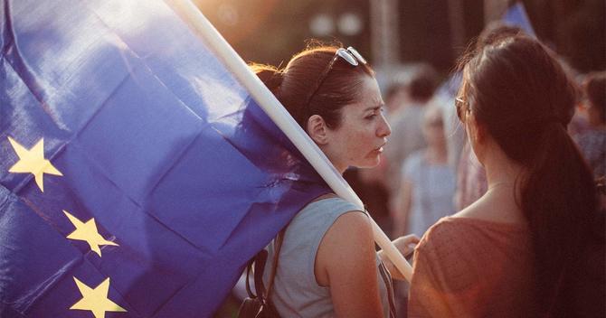 欧州連合旗を持つ女性