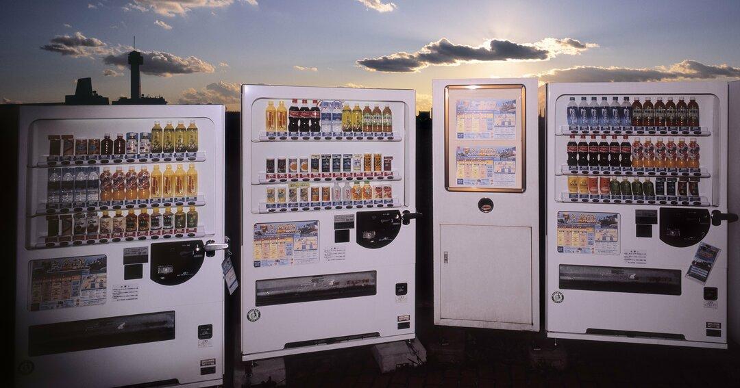 自販機が新ビジネス模索、敵だったコンビニとのタッグからネット通販まで