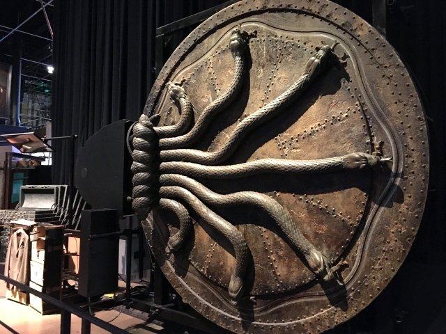 CGではなく、実物を作ることにこだわるワーナーブラザース「秘密の扉」舞台装置