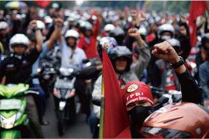 問題噴出のインドネシア経済 <br />政治リスクで遠のく成長回復